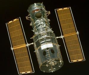 Hubble-teleskooppi nähtynä sukkulasta ennen sen kaappaamista Discoveryn mekaaniseen käsivarteen huoltotöitä varten. Kuva: ESA Hubble.