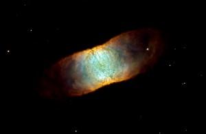 Tämä on koodinimeltä IC 4406 ja siinä on sumu, joka on syntynyt kuolevan tähden hajoamisen seurauksena. Sumu on rengasmainen, mutta näemme sen sivusuunnasta. Kuva: ESA Hubble.