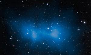 """Tässä on kuvattuna tähtitaivaan massiivisin galaksijoukko eli """"lihavin kaikista"""". Se on kaukainen galaksijoukko ja sisältää satoja galakseja. Sen massaksi on laskettu suure, joka on 43% suurempi kuin entiset laskelmat. Massan ero johtuu pääasiassa ns. pimeästä aineesta. Kuva: ESA Hubble."""
