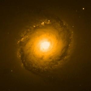Tässä kuvassa on kohde NGC 1512 kuvattuna infrapunavalossa. Kuva: ESA Hubble.
