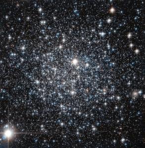Tässä on tähtijoukko IC4499, pyöreä muodostelma tähtiä, joka kiertää isäntägalaksia. Ennen luultiin, että tällaisessa tähtijoukossa tähdet ovat suunnilleen saman ikäisiä, mutta nykyään tiedetään, että niiden sisällä voi olla hyvin eri-ikäisiä tähtiä. Kuva: ESA Hubble.