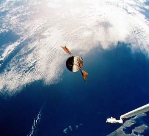 Sukkula Endeavour lähestyy Hubble-teleskooppia ottaakseen sen oikealla alhaalla näkyvän mekaanisen käden avulla huollettavaksi. Kuva: ESA Hubble.